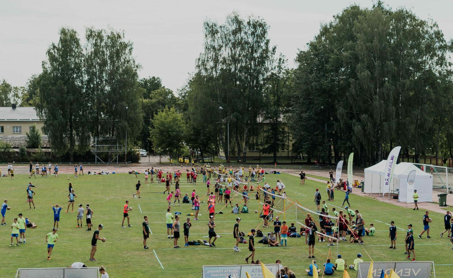 Sporta laukums ar daudz jauniešiem